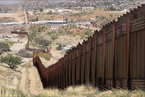 """边境墙再变身 这次是高大美丽的""""钢栅栏"""""""