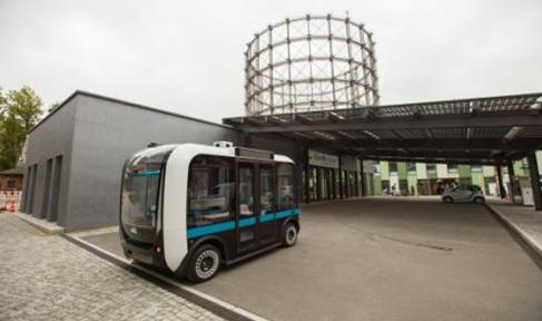 柏林欧洲能源科技园(EUREF)内的用3D打印技术制造的无人驾驶小公交电动车自行开到充电站充电