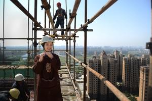 建筑工地上的农民工妈妈,家中孩儿在心头