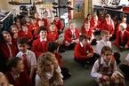世界熊孩子哪国强?英国孩子带武士刀上学