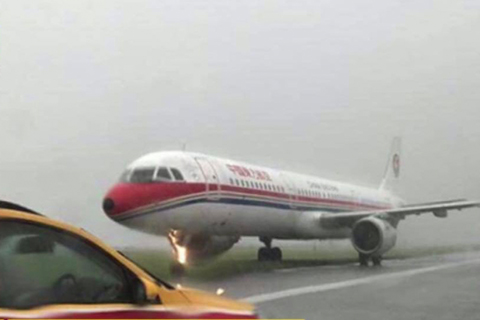 东航飞香港客机着陆时冲出跑道