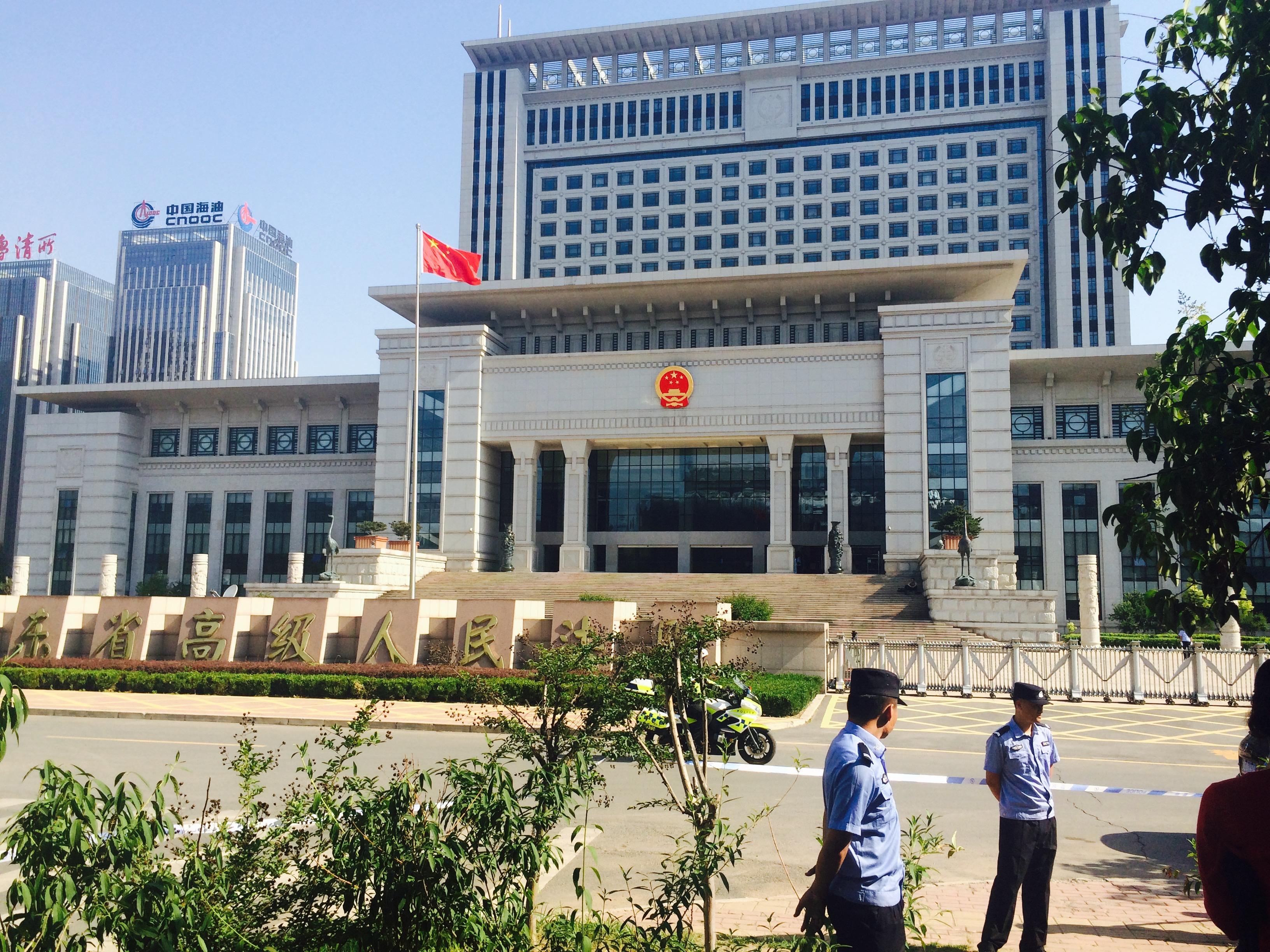 5月27日,于欢案二审在山东高院开庭,法院门口戒备森严。财新记者萧辉摄