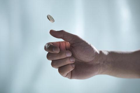 旅客向飞机发动机投掷硬币 致航班延误4小时