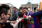 默克尔本人反对的同性婚姻,是如何在德国国会通过的?