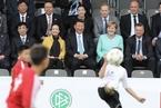 习近平与默克尔共同观看中德青少年足球友谊赛