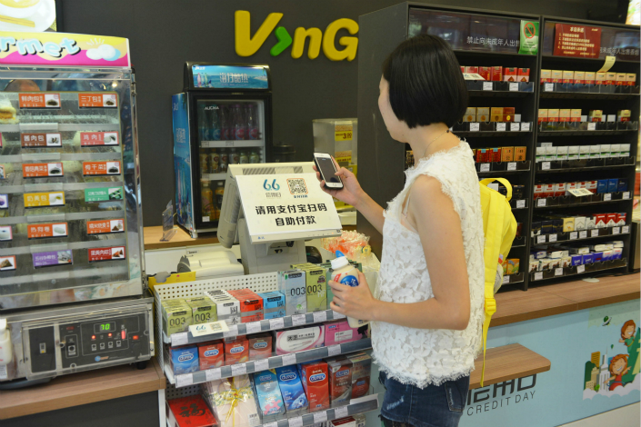 A customer pays for a yogurt at an unmanned supermarket in Hangzhou, Zhejiang province in June 2015. Photo: IC