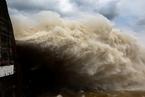 """台风""""塔拉斯""""登陆越南 民众水电站前淡定拍照"""