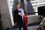 特朗普女婿出席听证会 被示威者扔俄国旗