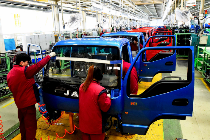 Workers man an assembly line at an auto plant in Weifang, Shandong province, on Jan. 25. Photo: Visual China