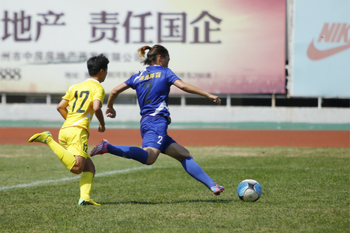 Shares of Lander Sports Development Co. Ltd. fell 2.4% in Shenzhen on Tuesday, the first trading day after the announcement of the company's new $900 million project. Above, a female soccer player (right) playing for Lander fights for the ball against a competitor in August. Photo: IC