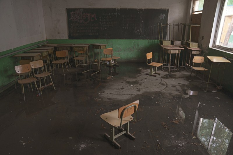 Zhiquan School in Changping district, Beijing, was demolished on Aug.1. Above is a photo from an abandoned classroom.