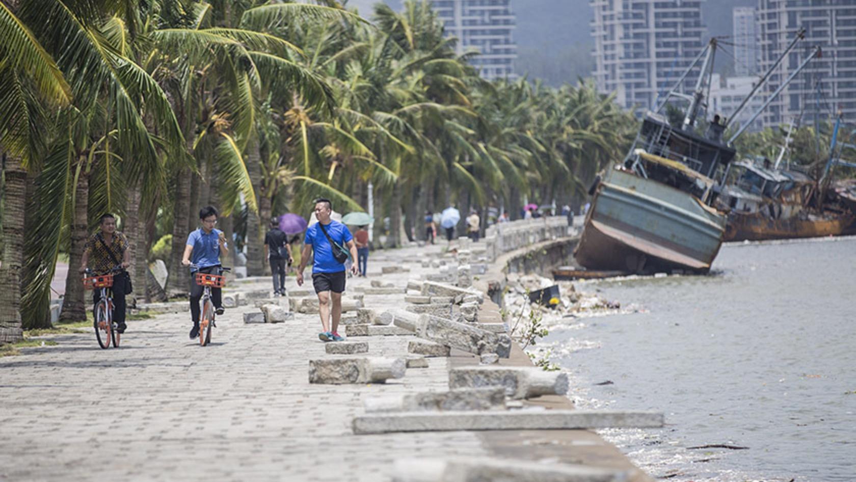 """台风""""天鸽""""过境后 珠海多辆车被卷入海中"""