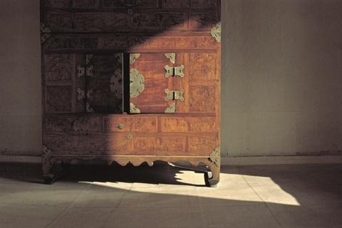 一股无从捉摸的香气似乎是箱子里的黑暗柔和本身散发出来的,浸透了箱子里所有的物件,或者是妈妈的一种魔法,永远不会消失。