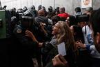 """加泰罗尼亚公投在冲突中举行 近九成""""挺独""""逾700人被警方打伤"""
