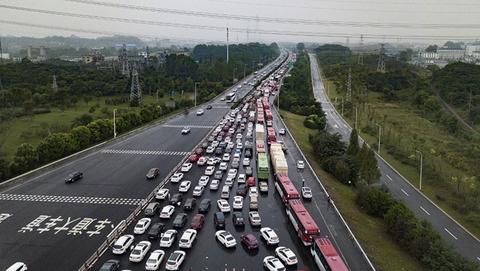 """国庆""""黄金周"""" 高速路开启堵车模式"""