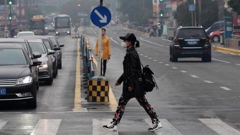 哈尔滨试供暖后空气重污染 街头现口罩大军