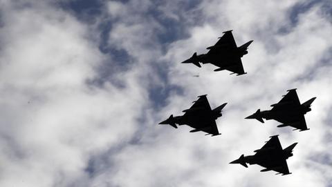 西班牙战机在国庆阅兵时坠毁 飞行员未及时逃生
