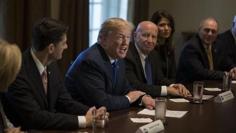 美众院共和党公布税改方案 特朗普亲吻新税单