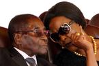 掌权37年后 93岁的津巴布韦总统罢黜副手为妻子接棒铺路