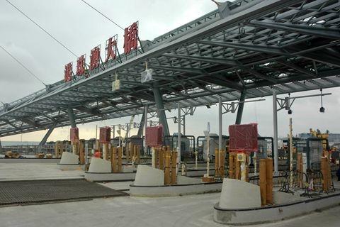 11月30日,港珠澳大桥珠海出入口收费处.图/邓媛雯(广东分社)