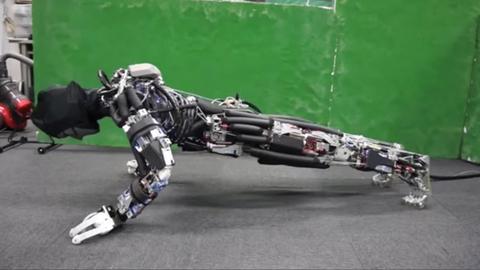 日本研发机器人 再现人类骨骼肌肉构造