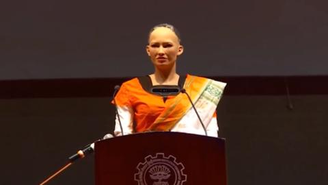 机器人公民索菲亚首次造访印度  采访中途遭遇卡壳