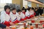 朝女子冰球队抵冬奥选手村 与韩选手共进午餐