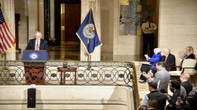 耶伦欢送会现场照片流出 美联储员工立起领子向她致敬