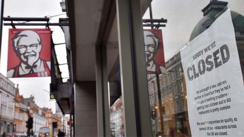 """英国肯德基""""无鸡可吃"""" 数百家店仍关闭"""
