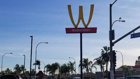 M变W:麦当劳倒立放置金拱门 庆祝国际妇女节