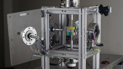 机器人0.38秒复原三阶魔方 再破世界纪录