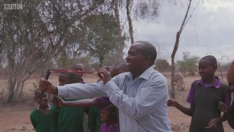 肯尼亚的孩子们能边玩弹弓边种树