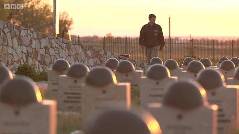 俄罗斯志愿者安葬二战士兵遗骸