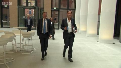 荷兰首相吕特打翻咖啡后 一个举动实力圈粉