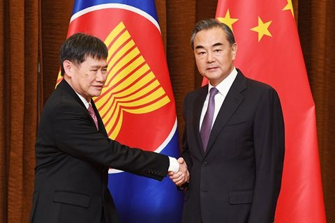 北京,中国外交部长王毅在北京会见了来华访问的东盟秘书长林玉辉图片