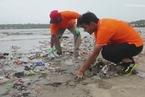 清理印度孟买沙滩垃圾的志愿者