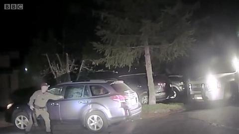 美国警察打破汽车车窗 拯救被困黑熊