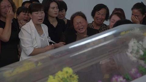 庆阳坠亡女孩追悼会 亲友痛哭送别
