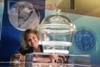 世界首个试管婴儿年满40 与胚胎器皿欣喜相逢