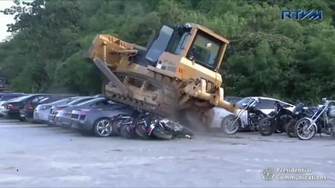 菲律宾海关局公开销毁价值百万走私豪车