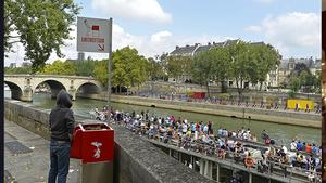 """巴黎政府建""""露天小便池"""" 无遮挡惹市民反感"""