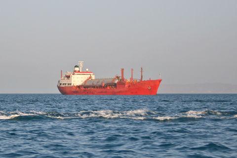 美国重启对伊朗制裁 亚洲国家加紧进口伊朗石油