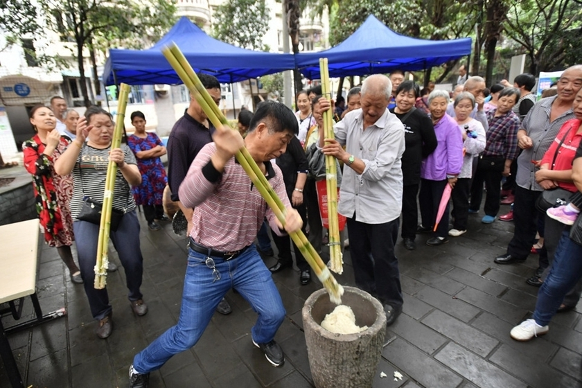 """Chongqing residents use bamboo rods to make a kind of sticky rice cake, locally called """"ciba,"""" a traditional snack during the Mid-Autumn Festival which falls on Monday. Photo: IC_ Gallery: Chongqing's Sticky Tradition"""