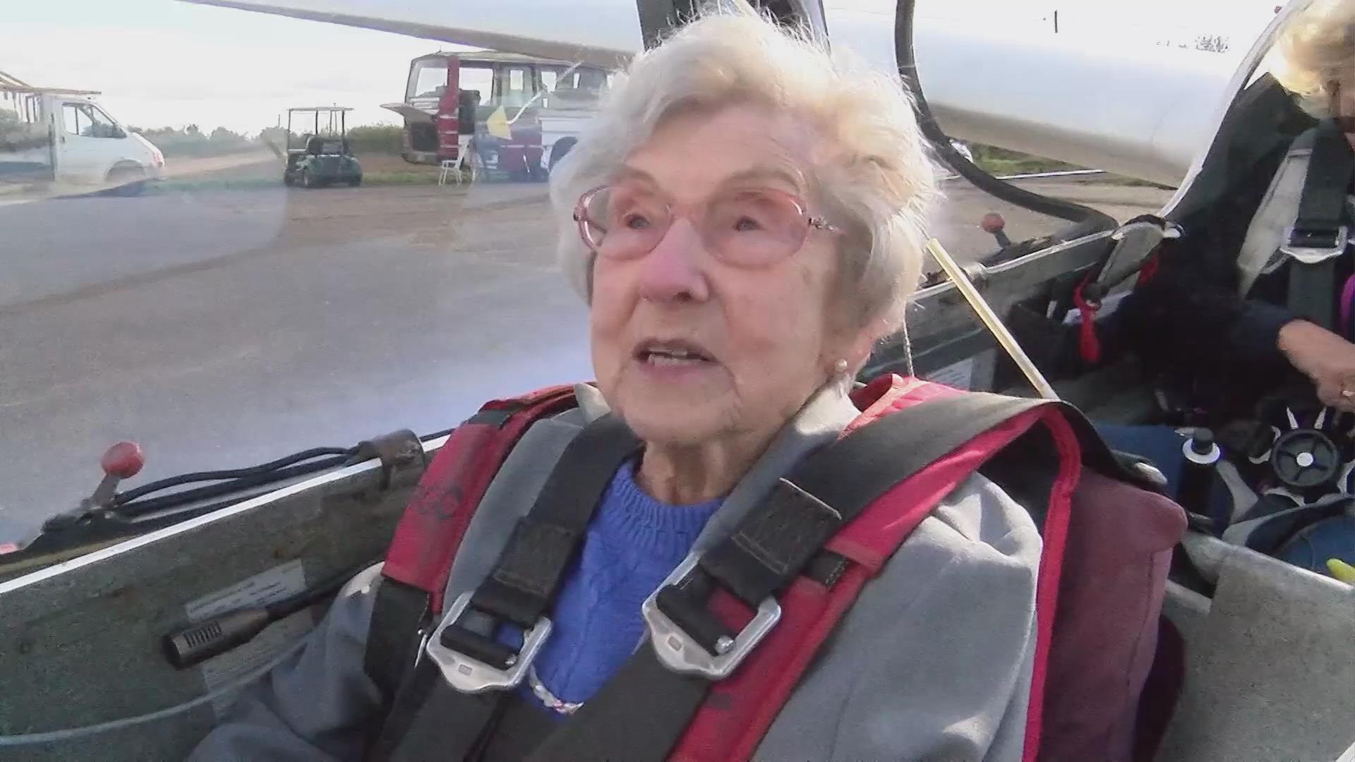这名99岁的老人为什么想乘滑翔机?