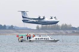 """""""国产两栖飞机""""鲲龙""""AG600首飞"""