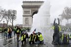 法国群众抗议持续升级 马克龙遇最大执政危机