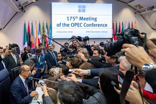 OPEC内外主要产油国达成减产120万桶协议 油价应声反弹
