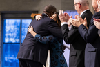 诺贝尔和平奖颁奖典礼举行 民众举火炬游行祝贺