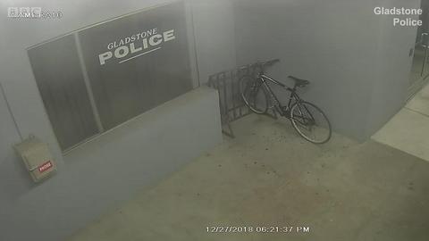 在警局外盗自行车的小偷