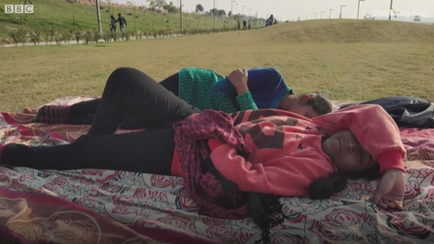 睡在公园里的印度女性